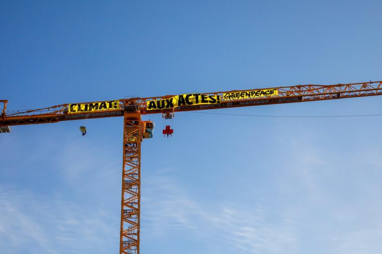 La banderole déployée par Greenpeace sur la grue surplombant Notre-Dame de Paris.