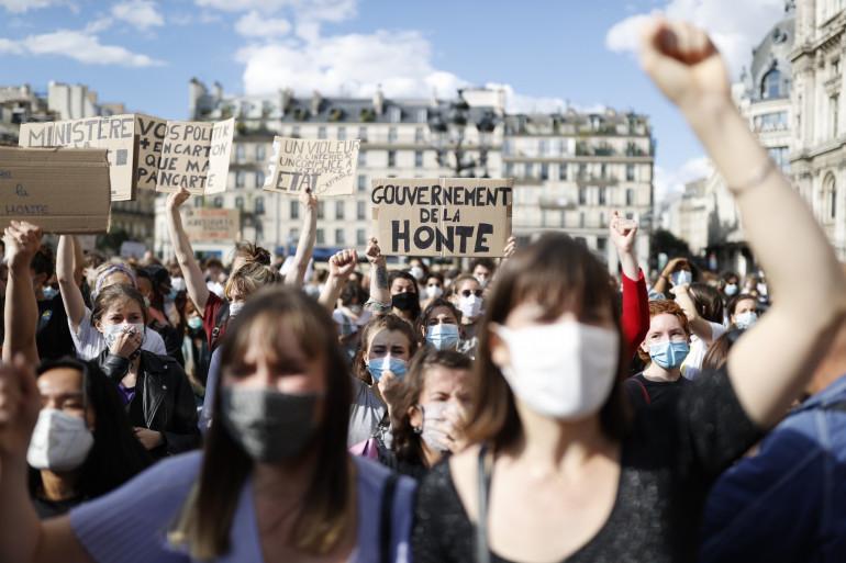 """""""Gouvernement de la honte"""", pouvait-on lire sur les pancartes lors de la manifestation parisienne du 10 juillet."""