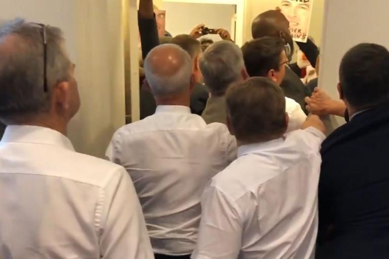 La confrontation entre élus régionaux de Bretagne et militants anti-OGM a été tendue.