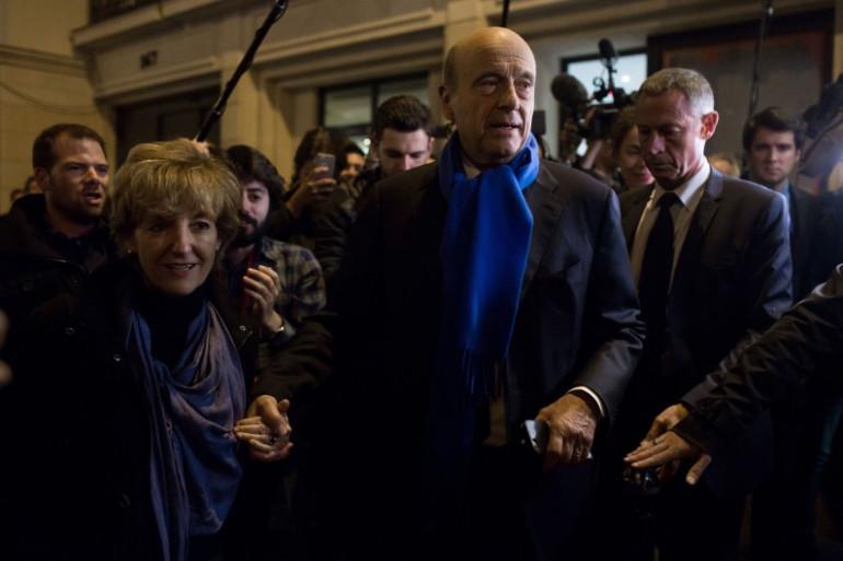 Alain Juppé avec son épouse Isabelle à la sortie du premier débat de la droite et du centre, le 13 octobre 2016