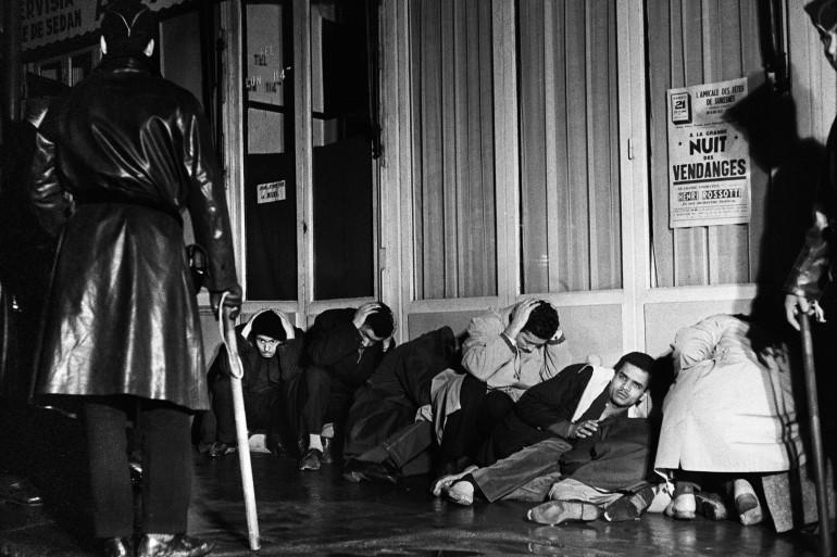 Des manifestants algériens arrêtés par la police le 17 octobre 1961