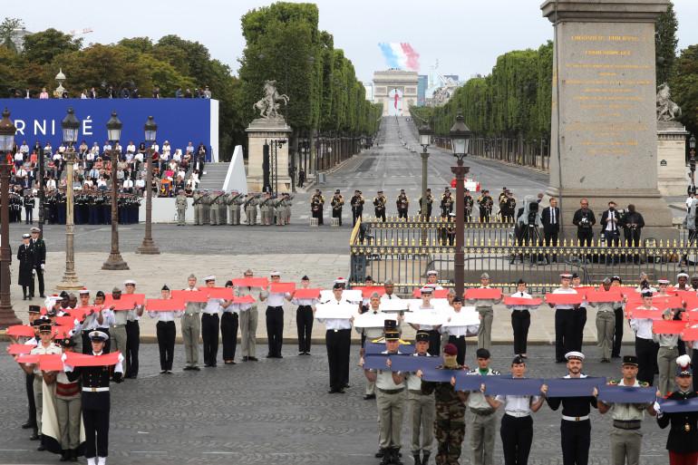 Soldats et jeunes du service militaire volontaire forment une Marianne le 14 juillet 2020 Place de la Concorde