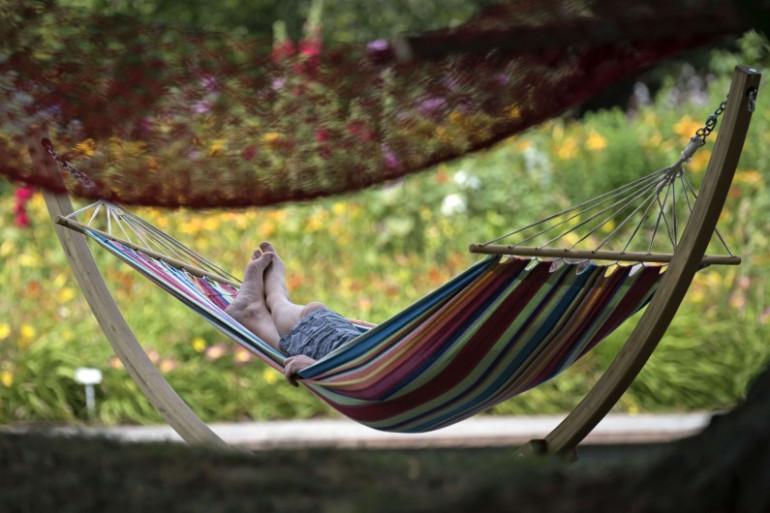 Un homme se repose dans un hamac (illustration)