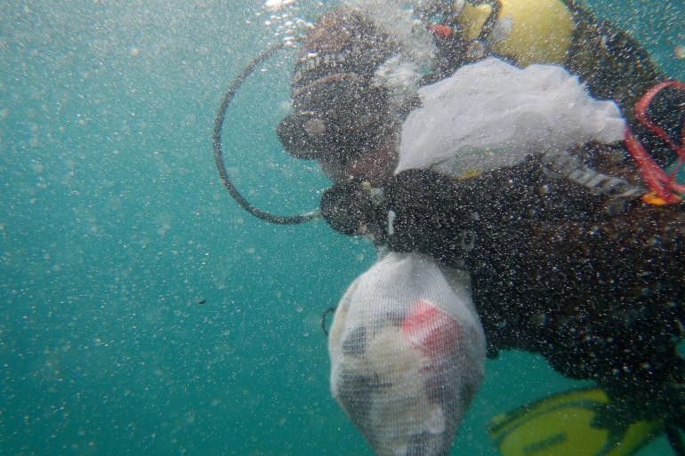 Un plongeur ramasse des déchets plastique dans la mer près d'Almeria, en Espagne