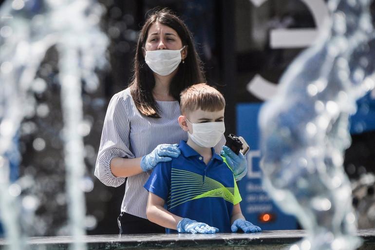Une femme et son fils, portant un masque, dans le centre de Moscou, le 11 juin 2020.