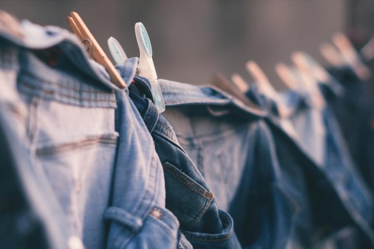 Des jeans sèchent après avoir été lavés (Image d'illustration).