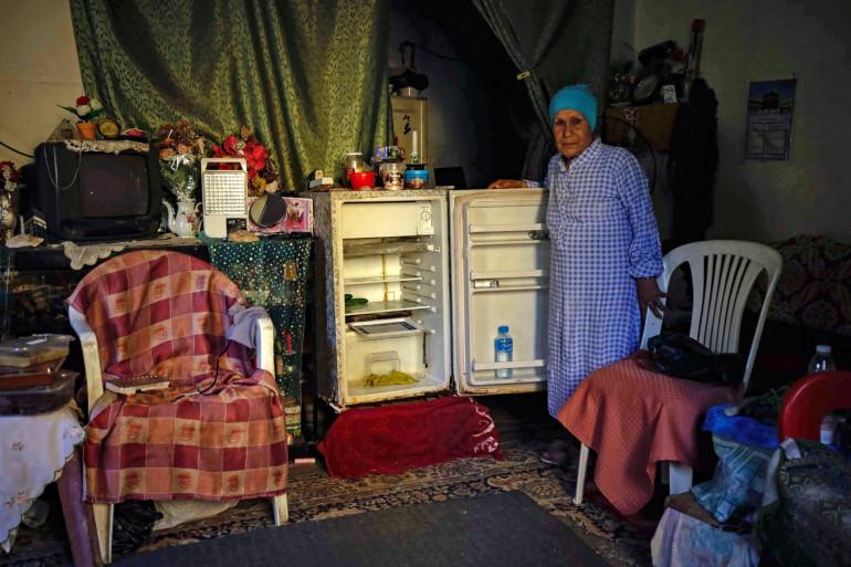 Une Libanaise dans son appartement à Tripoli, au nord de la capitale Beyrouth. Depuis des mois, le Liban est aux prises avec sa pire crise économique depuis la guerre civile de 1975-1990.