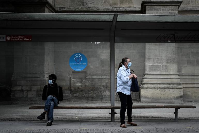 Des habitants de Bordeaux attendent le tramway