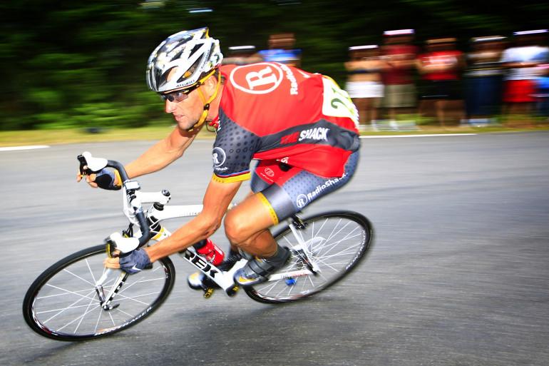 Lance Armstrong dans la descente du col d'Aspin, durant le Tour de France, le 20 juillet 2010.