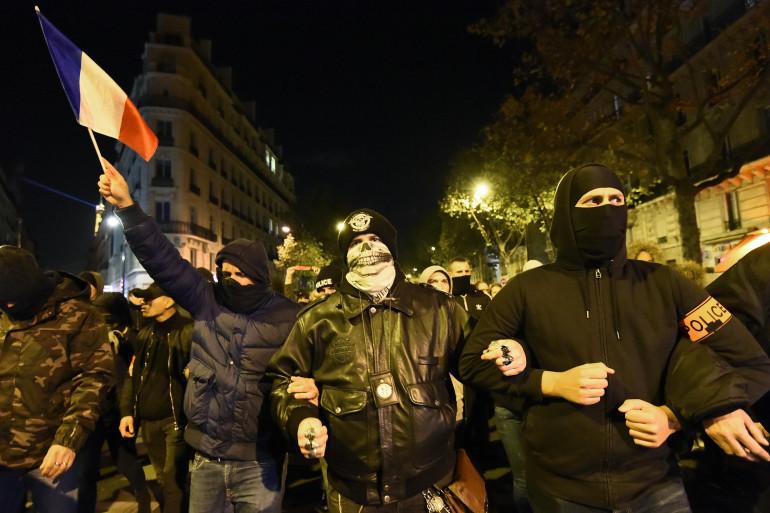 Des policiers manifestant dans la rue à Paris, le 20 octobre 2016