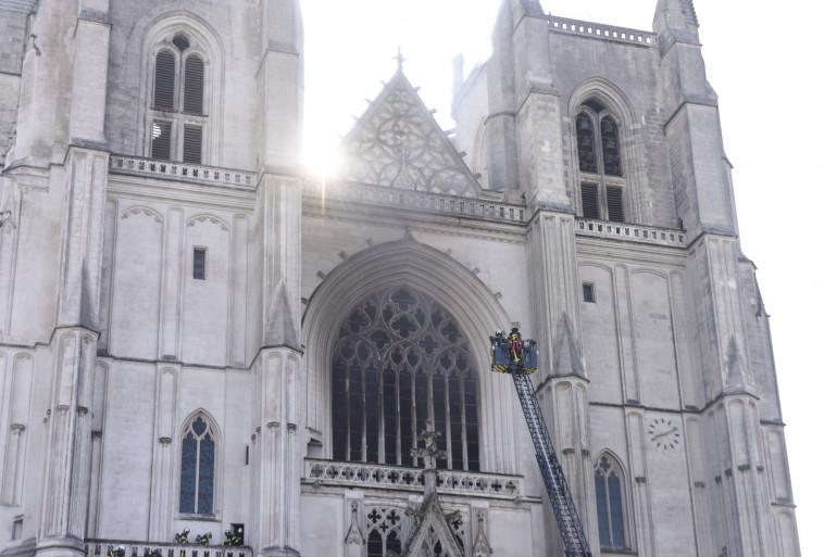 Incendie de la cathédrale de Nantes : faut-il renforcer la sécurité dans les lieux de culte ?