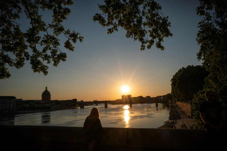 Le soleil se couche sur la Garonne, à Toulouse, le 17 mai 2020 (illustration).
