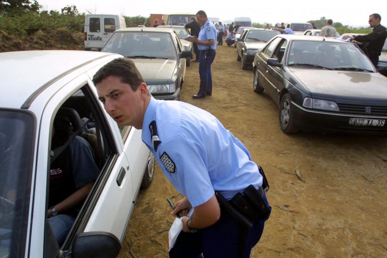 Les gendarmes contrôlent les teufeurs après la découverte du cadavre de Mathilde Croguennec à la sortie du teknival.