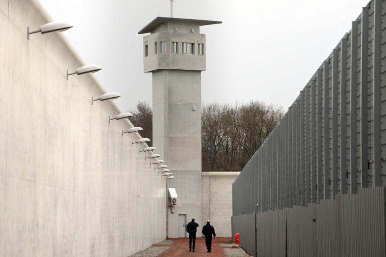 Le détenu âgé de moins de trente ans, qui purge une peine pour vol à main armée a retenu sa compagne en otage près de deux heuresL
