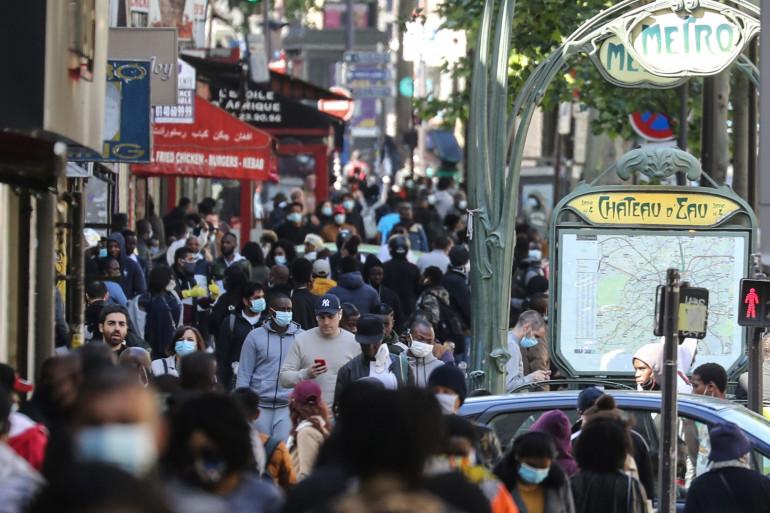 Des passants marchent dans la rue à Paris le 12 mai 2020