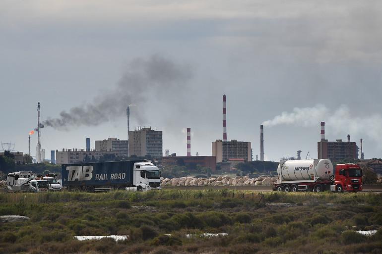 Une photo prise le 2 mai 2018 montre la zone industrielle de Lavera à Martigues.