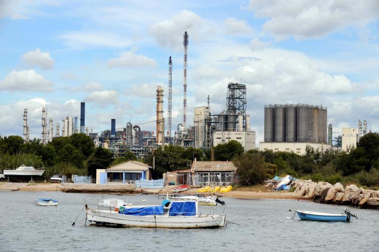 Vue générale de la calanque de Ponteau et de ses cabanons à proximité des complexes pétrochimiques prise le 15 août 2008 à Martigues.
