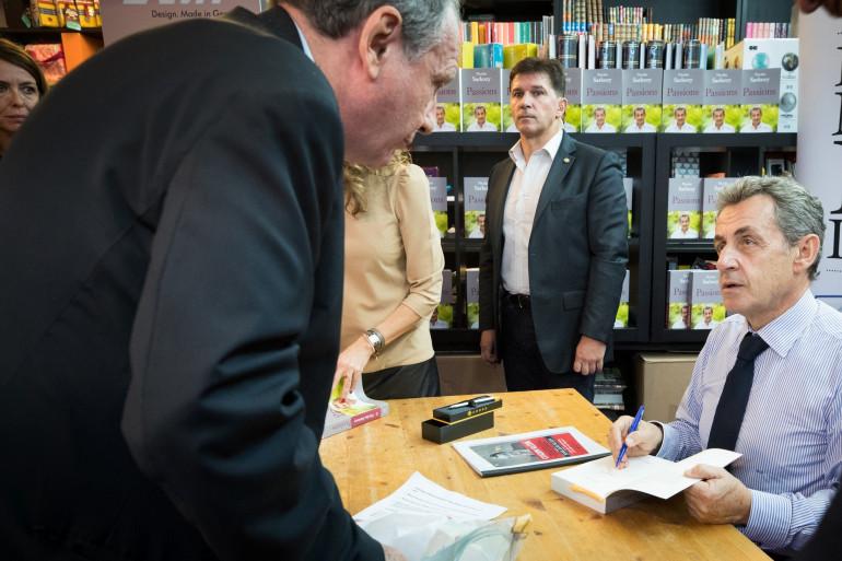 Nicolas Sarkozy lors d'une séance de dédicace pour son livre Passions.