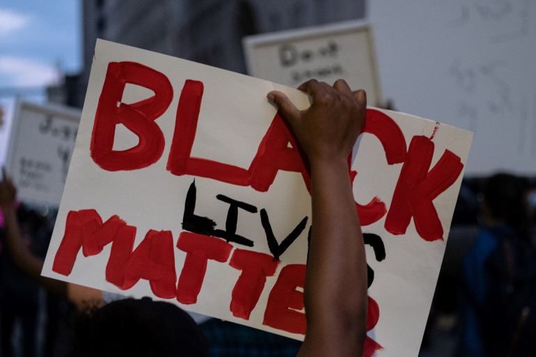 """Une personne tient une pancarte """"Black Lives Matter"""" à Détroit, après la mort de George Floyd, le 29 mai 2020"""