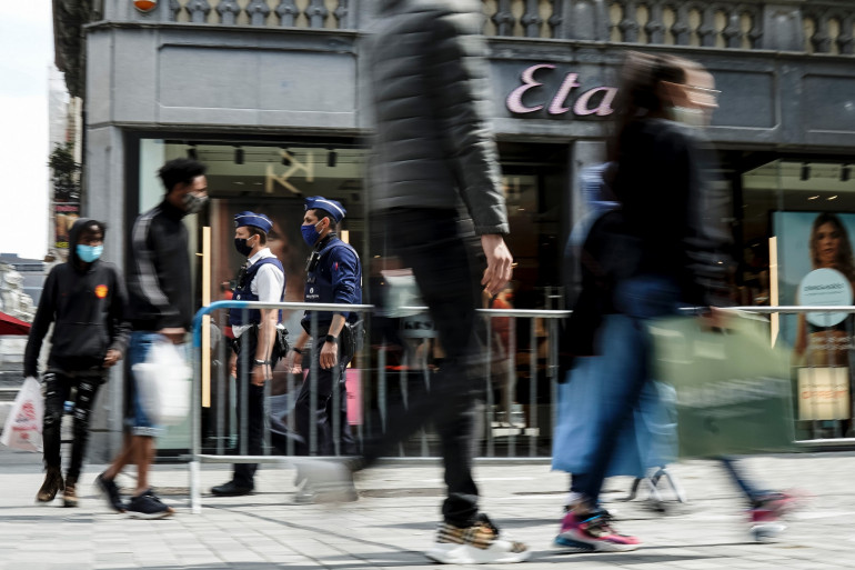 Des riverains portent des masques à Bruxelles pour se protéger de la Covid-19