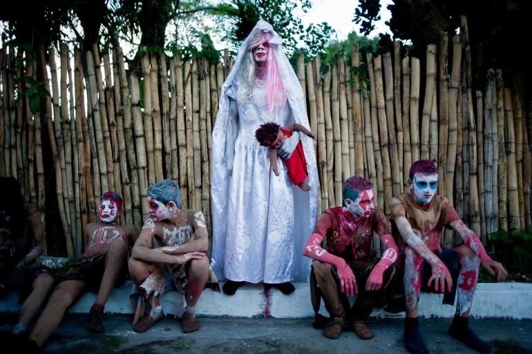 Des enfants déguisés à l'occasion de la Calabiuza, fêtée au Salvador (Amérique du sud)