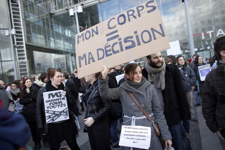 Une femme manifeste pour défendre l'IVG à Paris le 19 janvier 2014