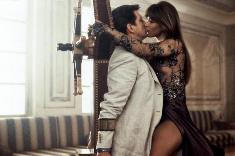 """Sophie Marceau et Pierce Brosnan dans """"James Bond - Le Monde ne suffit pas"""""""