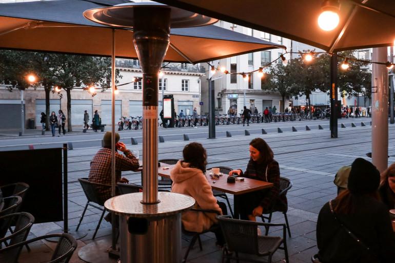 Un terrasse de café chauffée à Rennes (Ille-et-Vilaine)