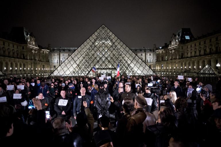 Rassemblement de policiers devant la Pyramide du Louvre à Paris