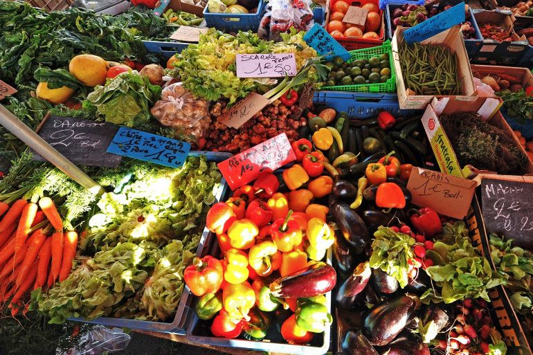 Un stand de fruits et légumes sur un marché (illustration)