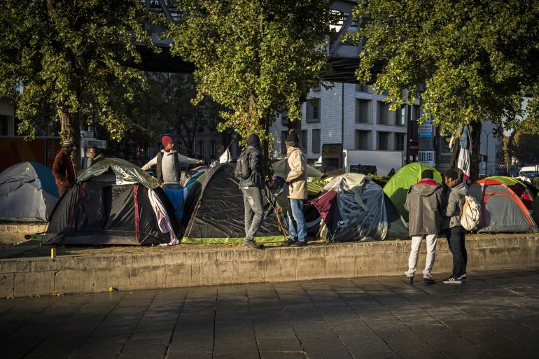 Un campement de migrants installé sur la place Stalingrad à Paris