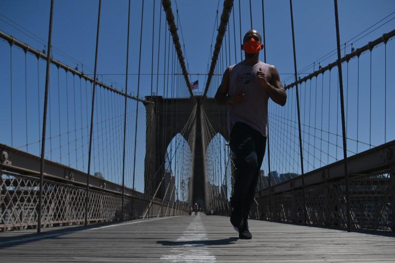 Un homme court avec son masque à New York