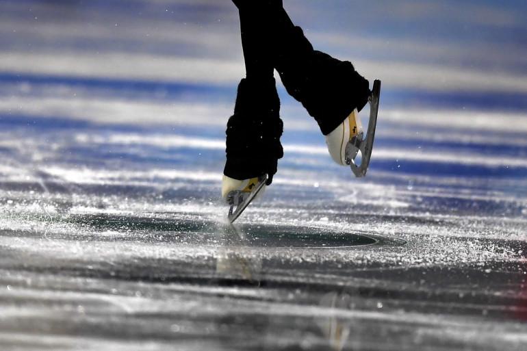Une patineuse artistique en plein entraînement. (Illustration)