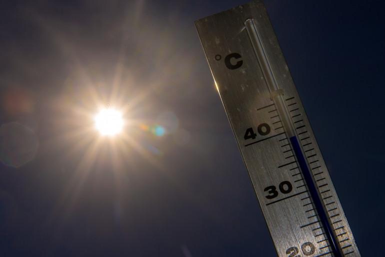 Un thermomètre indiquant une forte chaleur (illustration)