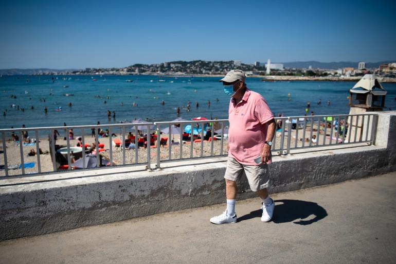 Un homme portant un masque à proximité de la plage de la Pointe Rouge à Marseille, le 27 juillet 2020.