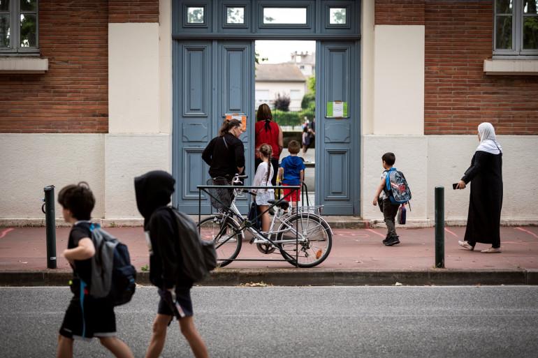 Des parents et des enfants, devant une école de Toulouse, après le déconfinement, le 22 juin 2020.