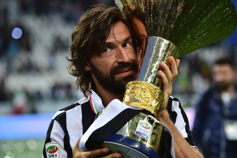 Andrea Pirlo le 15 mai 2015 qui pose avec le trophée de la Ligue italienne.