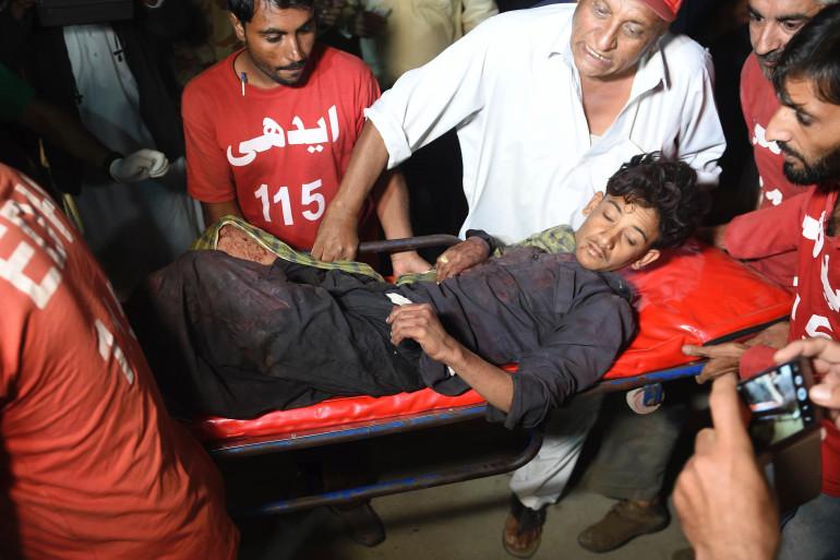 Les secours pakistanais interviennent sur le lieux de l'attaque samedi 12 novembre