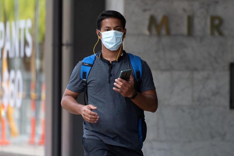 Un homme portant un masque dans les rues de Wellington (Nouvelle-Zélande), le 26 mars 2020.