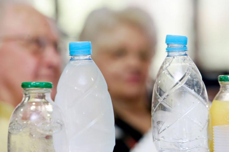 Il est recommandé de boire huit verres de 200mL d'eau par jour, soit quasiment l'équivalent d'une bouteille d'1,5L.