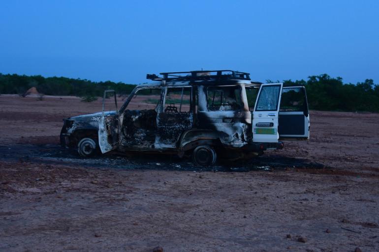 La carcasse du véhicule emprunté par les huit personnes assassinées dimanche matin dans le sud du Niger.