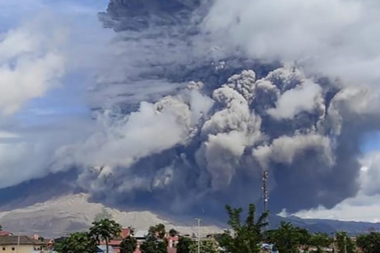 Le Mont Sinabung a projeté lundi matin une colonne de cendres et de fumées haute de 7 500 mètres, ont indiqué des fonctionnaires indonésiens. Aucune victime n'est à déplorer pour l'instant.