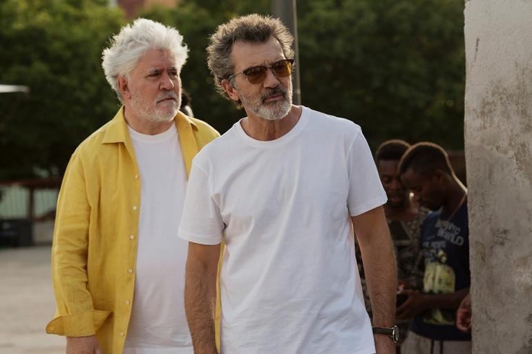 """Pedro Almodovar (gauche) et Antonio Banderas sur le tournage de """"Douleur et Gloire"""""""
