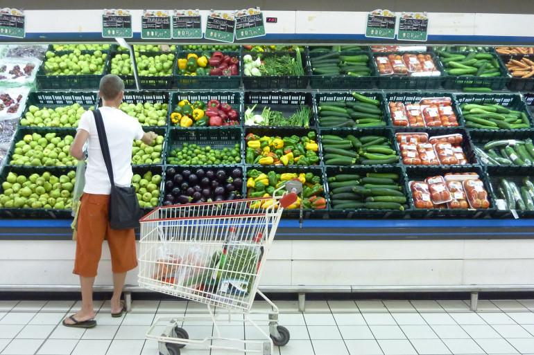 Un rayon fruits et légumes dans un supermarché (illustration)
