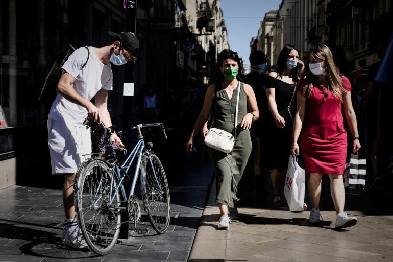 Un passant à vélo arborant un masque (illustration)