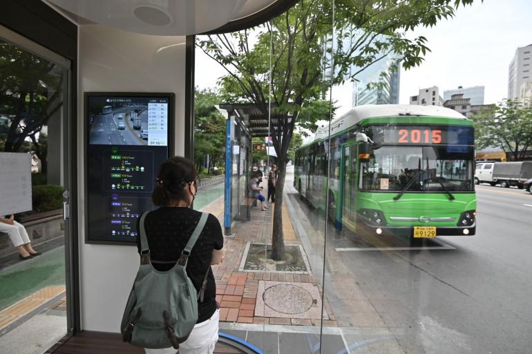 La Corée du Sud a installé des abribus innovants, équipés de caméras thermiques et de lampes à rayon ultraviolets.