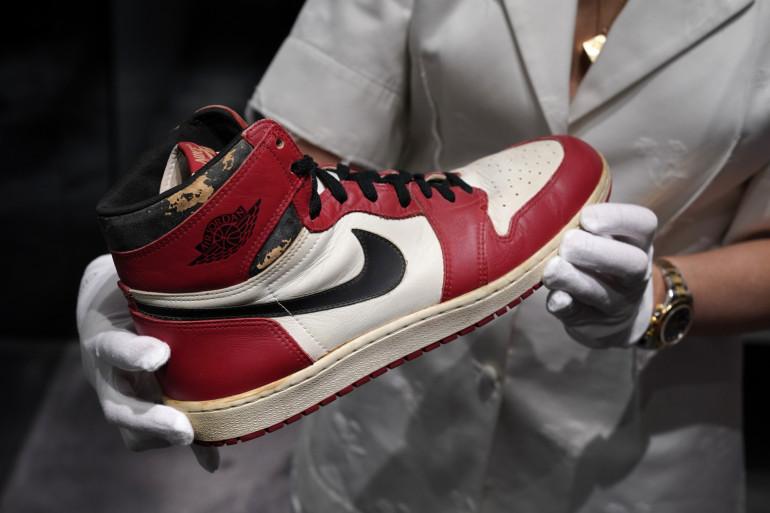 Portée en 1985 par Michael Jordan lors d'un match amical contre l'Italie, cette paire de Air Jordan 1 a été vendue 615.000 dollars : un record.