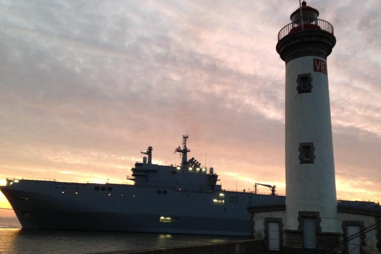 Le navire Mistral quitte le port de Saint-Nazaire le 13 septembre 2014
