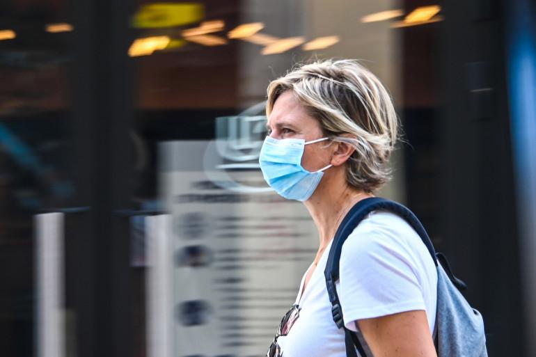 Une femme portant un masque (Image d'illustration).
