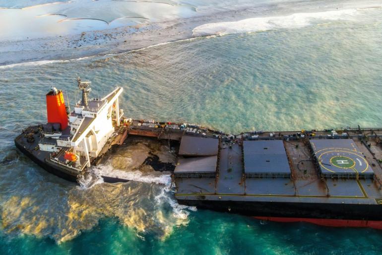 Le navire échoué s'est finalement brisé à l'Île Maurice, où une marée noire est toujours en cours